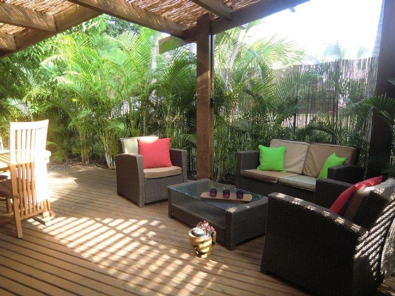 Bungalow et ses terrasses zen nichés dans un jardin exotique proche du lagon, location de vacances à La Saline les Bains
