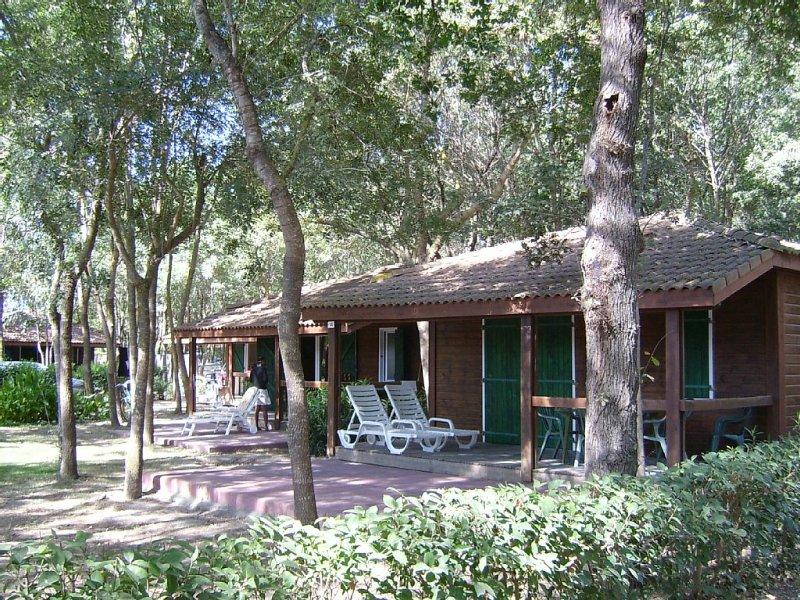 Bungalow avec terrasse couverte et une autre exterieur