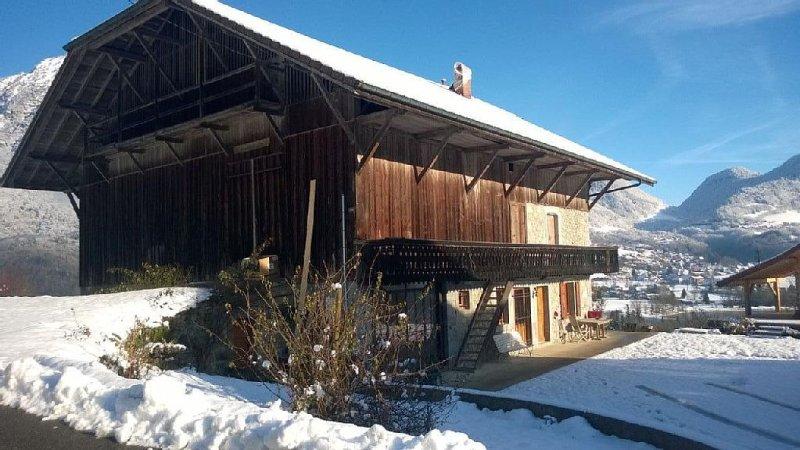 Magnifique ferme avec vue sur lac, au calme, proche des sations de ski., holiday rental in Cluses
