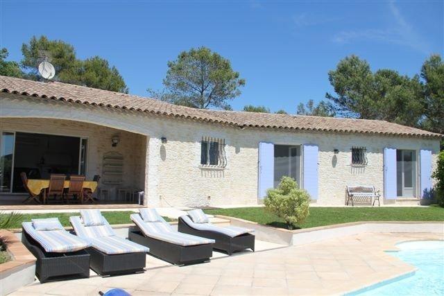 Villa avec piscine privée climatisée à Bagnols en Forêt, holiday rental in Bagnols-en-Foret