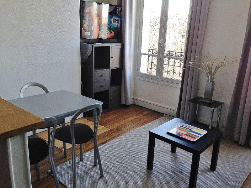 Charming apartment in the heart of Paris, on the 4th floor with elevator, location de vacances à Seine-Saint-Denis