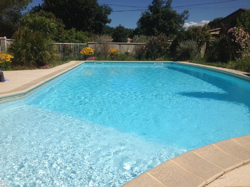 Villa with large private pool and secure, quiet, sleeps 4-6, location de vacances à Vèzenobres