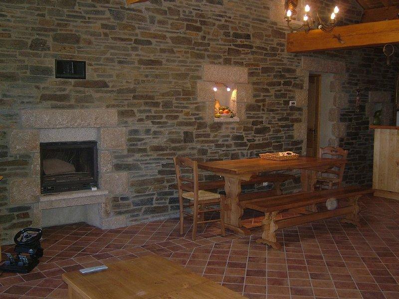 côté cheminée, salle à manger