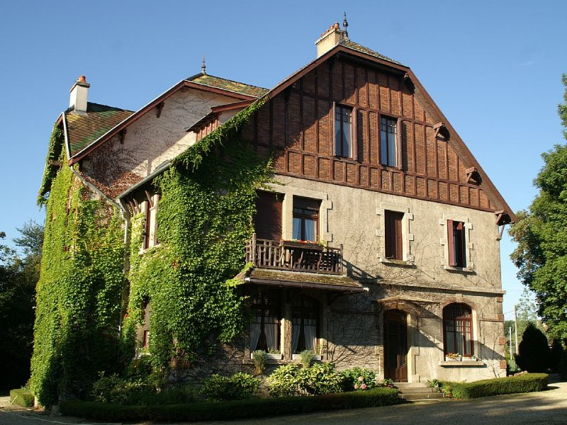 Chaleureuse  maison à la campagne, parc et tennis, billard, Côte des vins, holiday rental in Dole