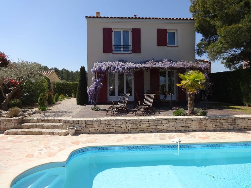 Provencal villa, heated pool, on Pont-Royal Golf Course, holiday rental in Alleins