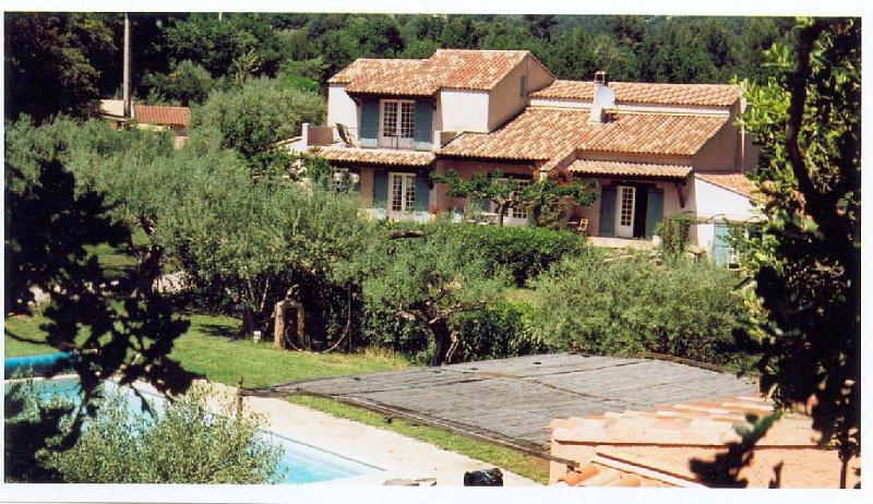 Mas provençal, calme, piscine, 5 chbs chacune avec douche et wc à Puget-Ville, Ferienwohnung in Cuers