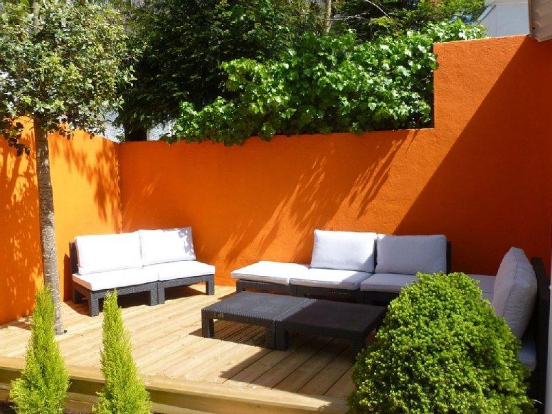 Petite maison Pop avec belles terrasses. Centre et plage à 2 pas, holiday rental in Loire-Atlantique