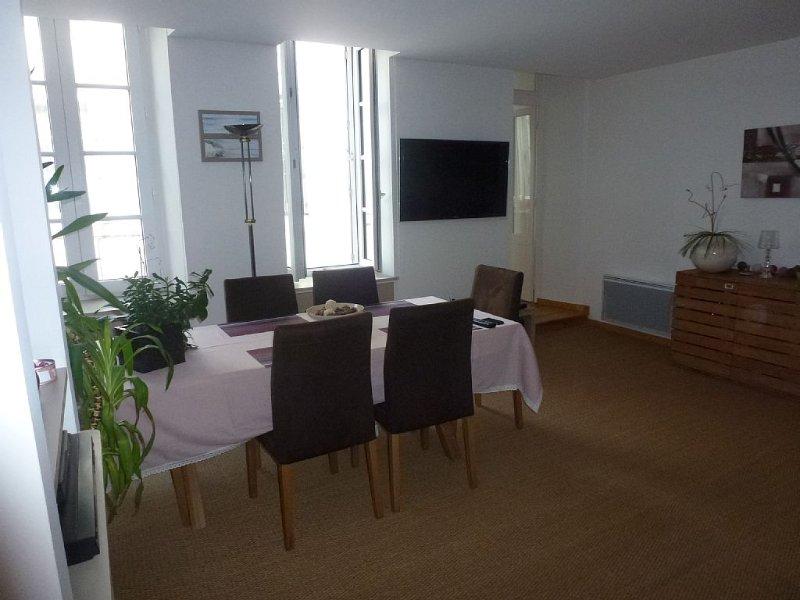 APPARTEMENT STANDING CLIMATISE TOUT CONFORT SUR LE  VIEUX PORT, vacation rental in Charente-Maritime