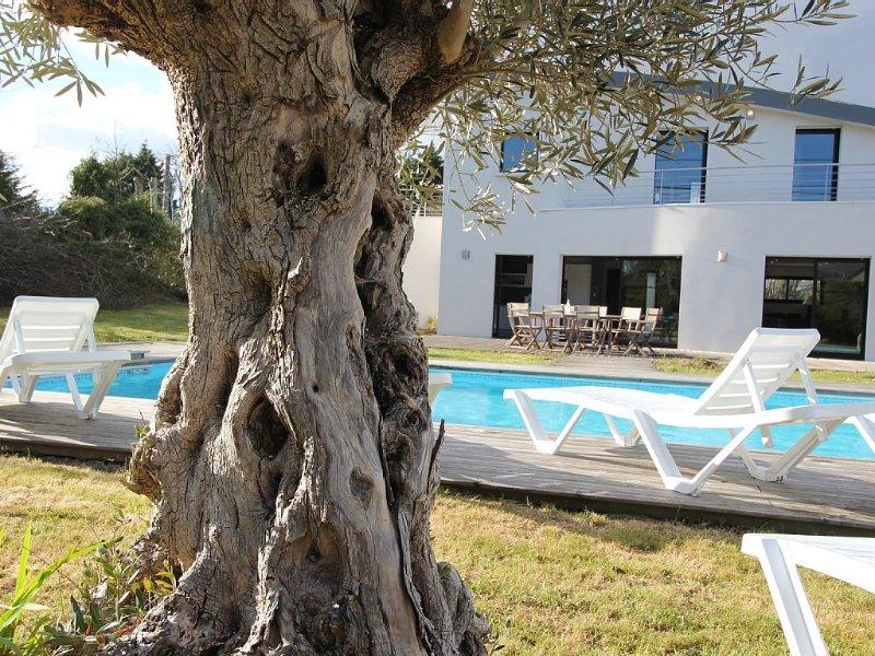 Villa Contemporaine avec Piscine Chauffée, holiday rental in Gouesnach