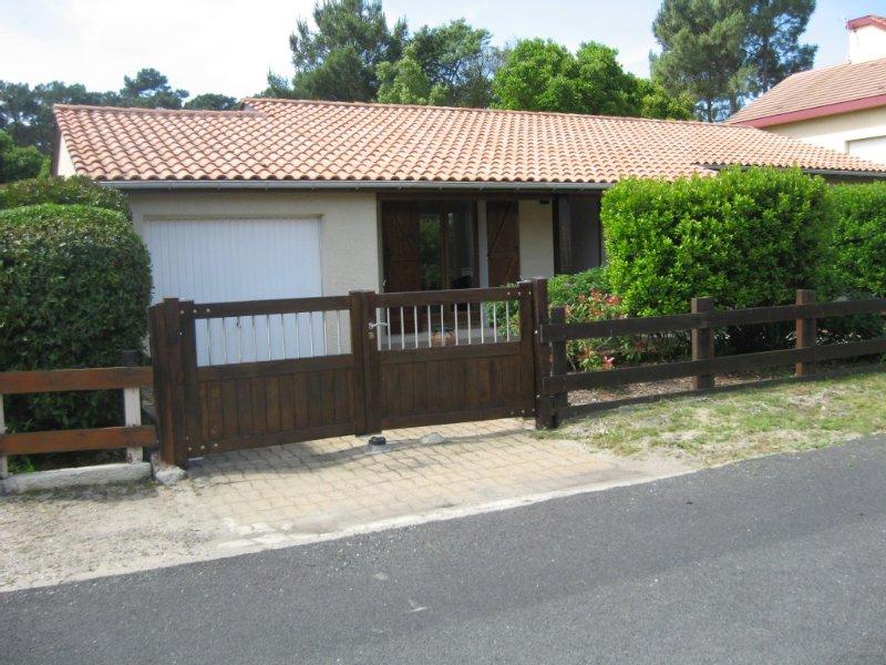 Maison quartier résidentiel proche  centre et plages, holiday rental in Lacanau