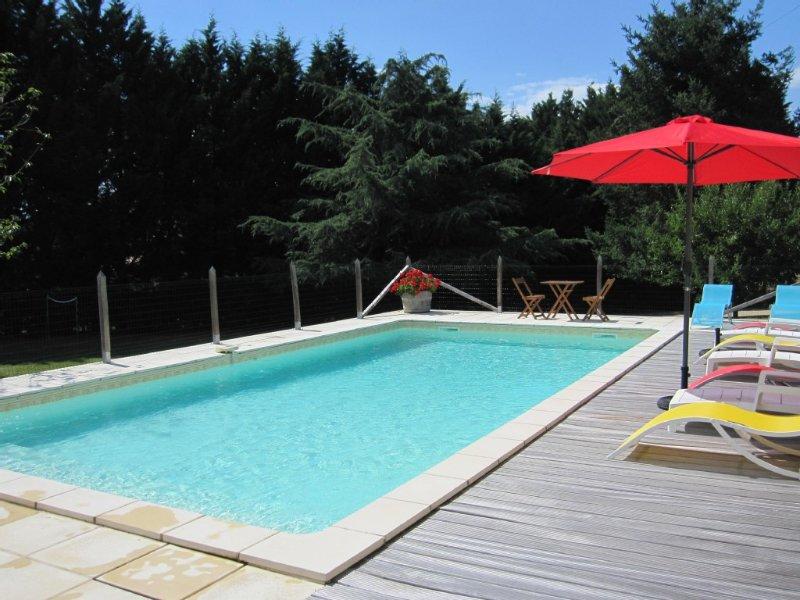 Maison avec piscine sur terrain de 3000 M² cloturé à Mauzac Périgord, holiday rental in Pontours