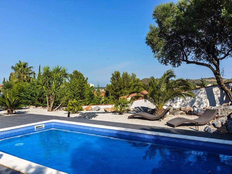 Villa with pool between sea and mountains with panoramic views, vacation rental in Rivesaltes