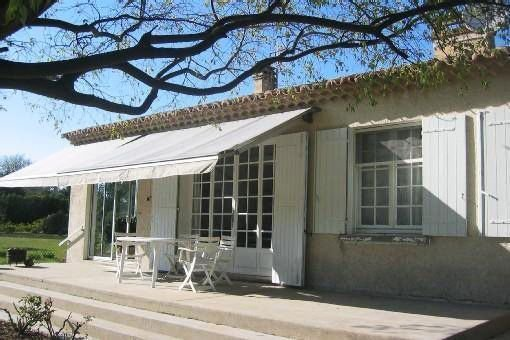 Country house facing the Luberon and the village of Oppède Old, location de vacances à Oppède