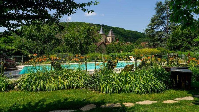Grande maison de charme avec piscine chauffée privée, vakantiewoning in Saint-Martial-de-Nabirat