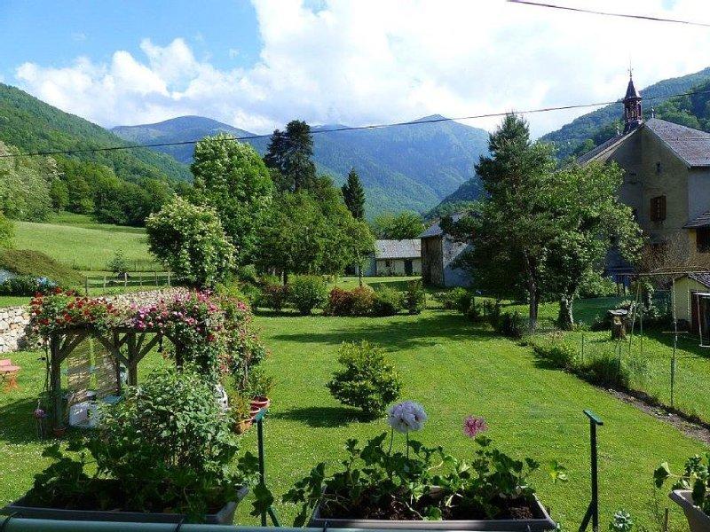 plaisir d'une vie de village ,magnifique vue sur les montagnes,calme,confort., vacation rental in Ornolac-Ussat-les-Bains