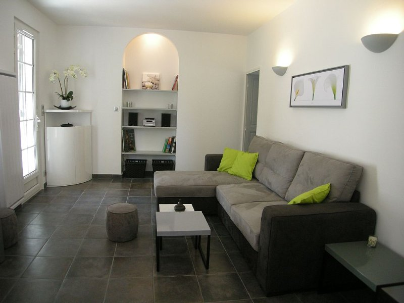 Petite maison rénovée proche de la mer, holiday rental in Carry-le-Rouet
