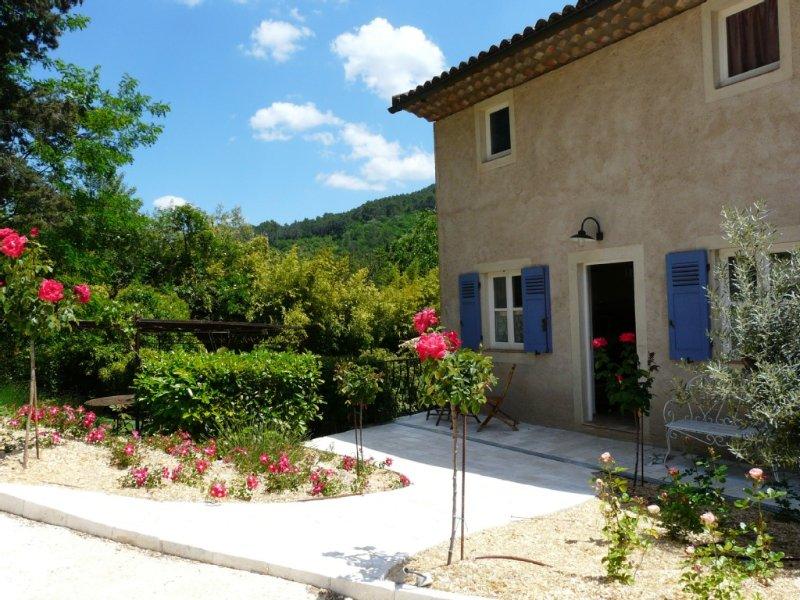 Maison jumelée dans un mas provençal du XIXème siècle, holiday rental in Salernes
