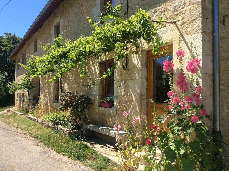 Gîte rural de caractère dans petit village calme sur les flancs du Mont Poupet, holiday rental in Doubs