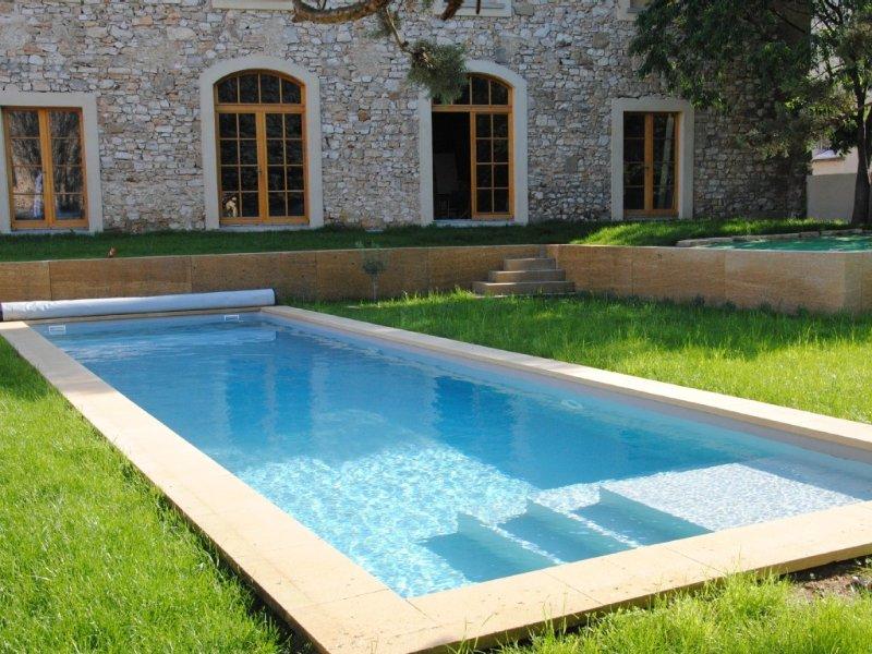 Bâtisse 180m2 avec piscine 12x3,5m eau salée, holiday rental in Sainte-Anastasie
