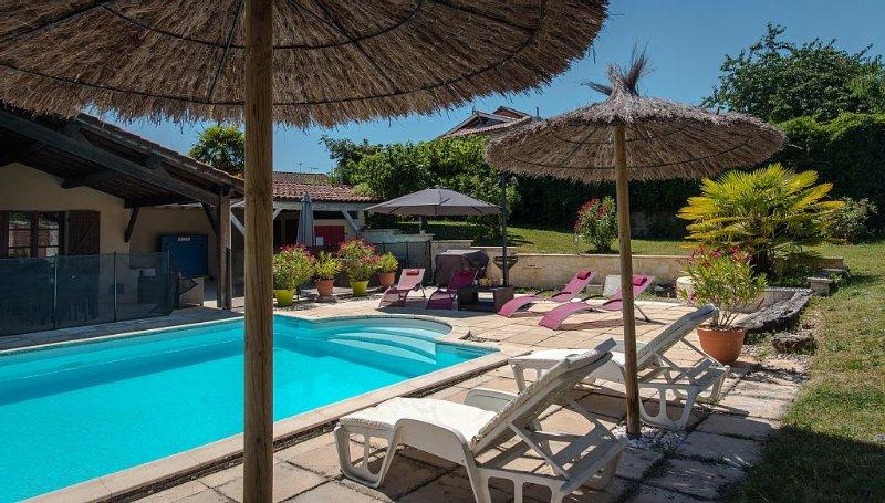 Gite spacieux  410m² 3 étoiles : piscine chauffée privée, spa, canoës et paddl, holiday rental in Trentels