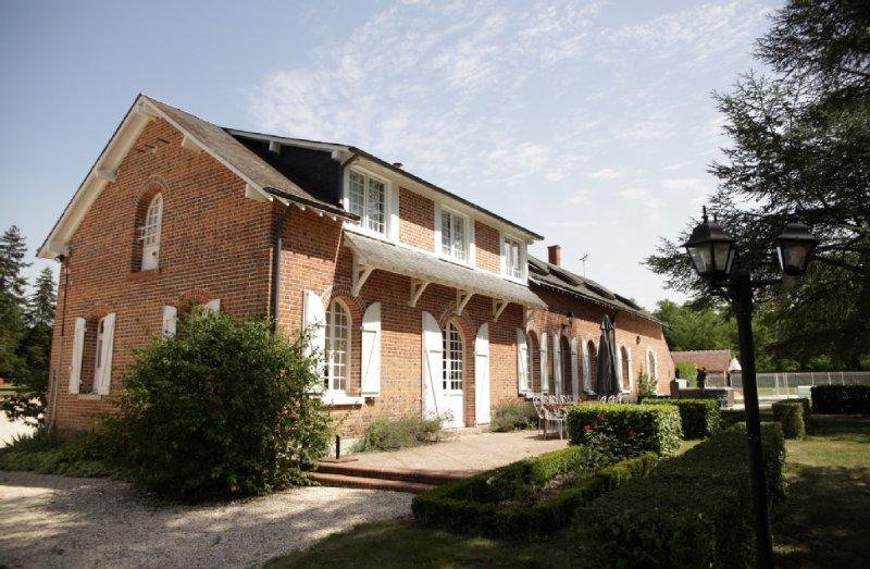 Location Sologne: grande maison Spa, piscine  15 personnes tout confort., casa vacanza a Nouan-le-Fuzelier