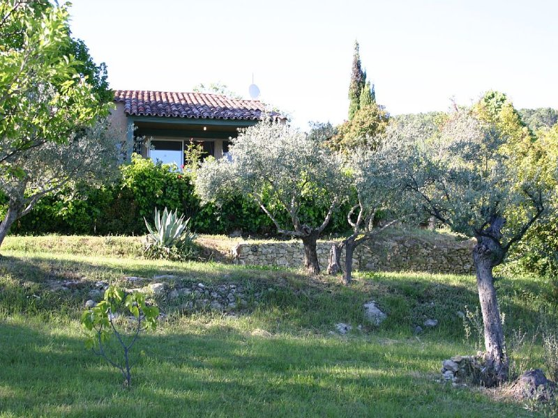 Au coeur de la Provence, dans un domaine privé de 13 hectares. Calme et douceur, aluguéis de temporada em Chateaudouble