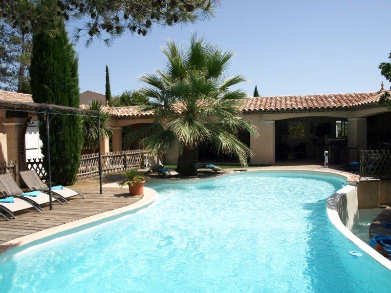 Villa au calme avec piscine à débordement, Spa et vaste Pool hous, holiday rental in Bagnols-en-Foret