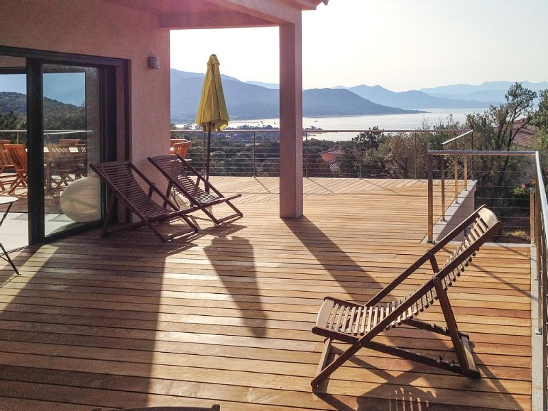 Villa vue imprenable mer, 5-10mn à pieds de la plage, pour 12 personnes, holiday rental in Serra-di-Ferro