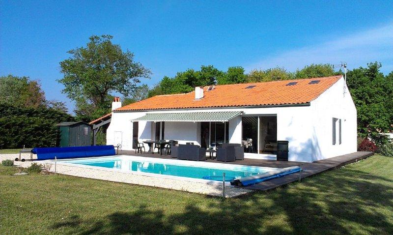 Grande maison avec piscine, idéale famille ou amis, alquiler vacacional en La Gripperie-Saint-Symphorien