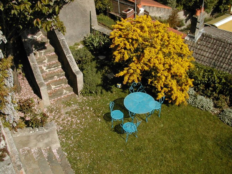 jardin accessible par un escalier en pierre