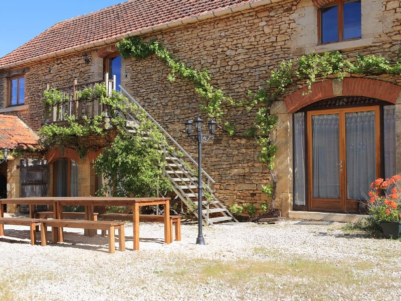Restored farmhouse from the 17th century with swimming pool and beautiful views, vacation rental in Archignac