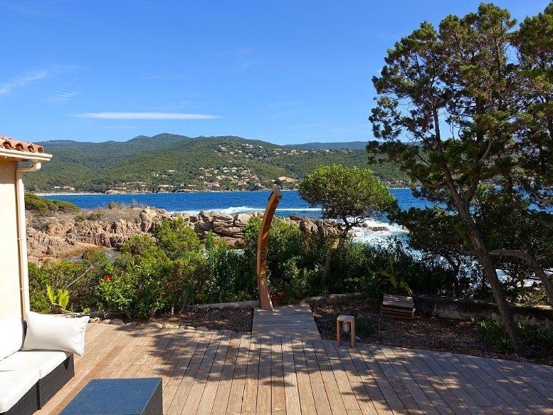 Maison pieds dans l'eau avec accès privé à une petite plage., location de vacances à Pietrosella