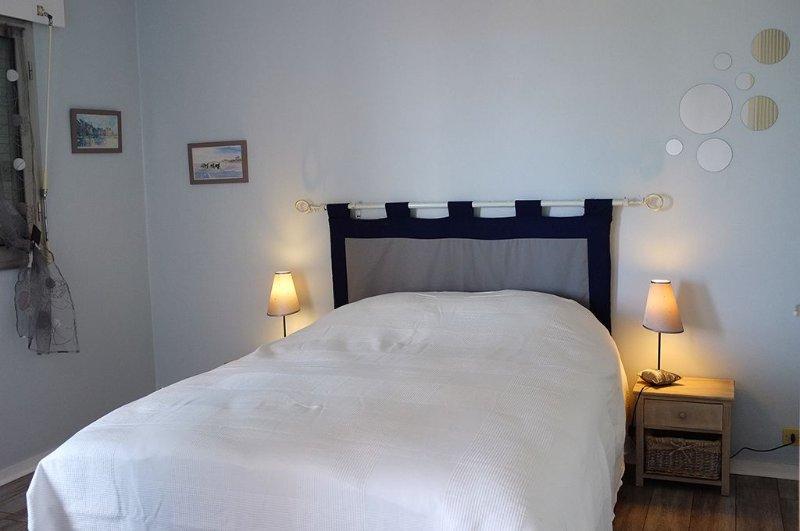 Un grand appartement F2 lumineux avec vue sur mer et la plage du débarquement, holiday rental in Langrune-sur-Mer