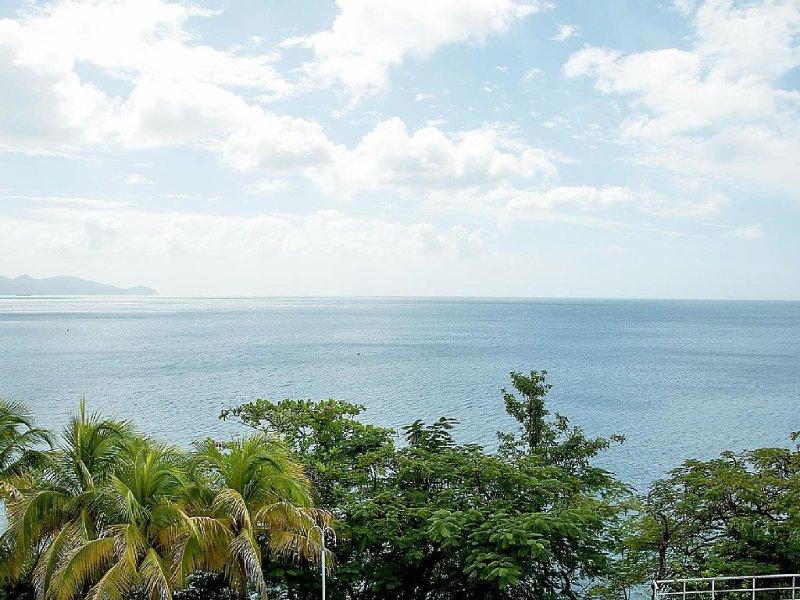 Super T3 entiérement equipé, Vue imprenable sur Mer des Caraibes à 5 Km de FdeF, location de vacances à Arrondissement of Fort-de-France
