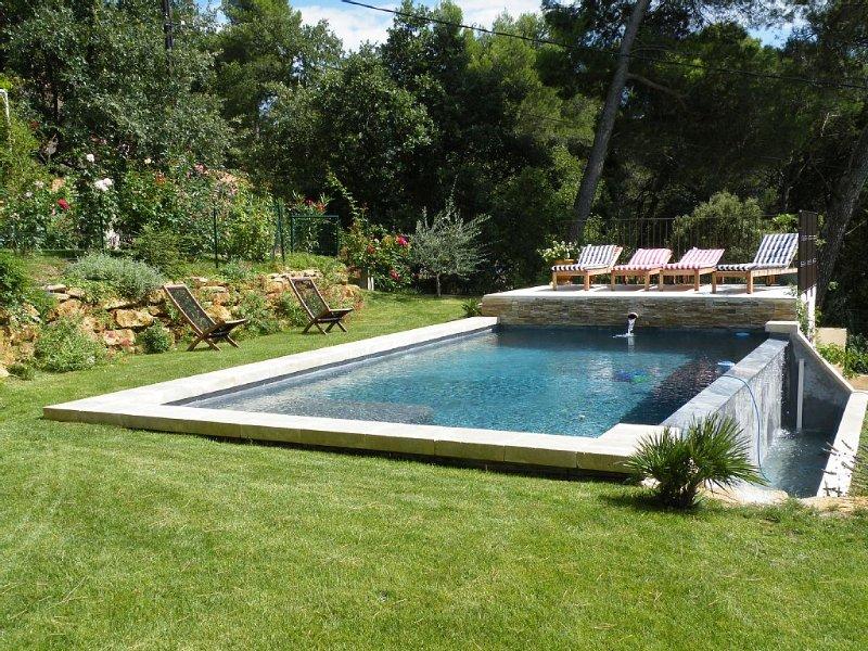 Maison belle vue avec piscine chauffée à débordement vers nimes et avignon, holiday rental in Pouzilhac