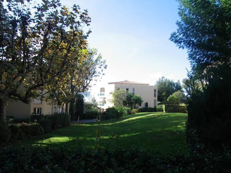 Very quiet apartment in a great park close to sea and downtown, holiday rental in Saint-Raphael