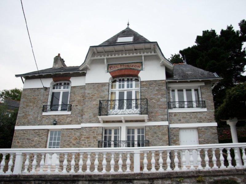 Grande villa avec terrasse et une très belle vue sur mer., holiday rental in Douarnenez