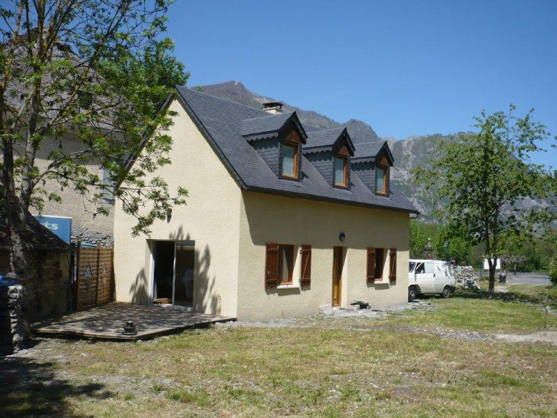 MAISON (700 € /semaine) TOUT CONFORT DANS VILLAGE AUTHENTIQUE., location de vacances à Ayros-Arbouix