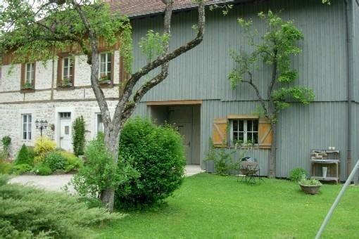 maison de charme. vue et jardin extraordinaires  100metres de la suisse repos!!