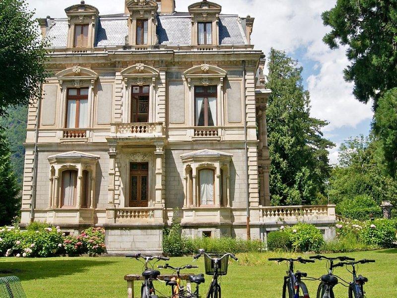 Appart. lumineux et spacieux centre de Luchon. Proximité thermes, piscines, golf, holiday rental in Bagneres-de-Luchon