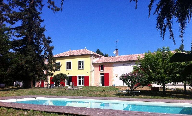 Magnifique propriété, Parc privé 1 hectare, vue panoramique, piscine au sel, holiday rental in Sauveterre-De-Guyenne