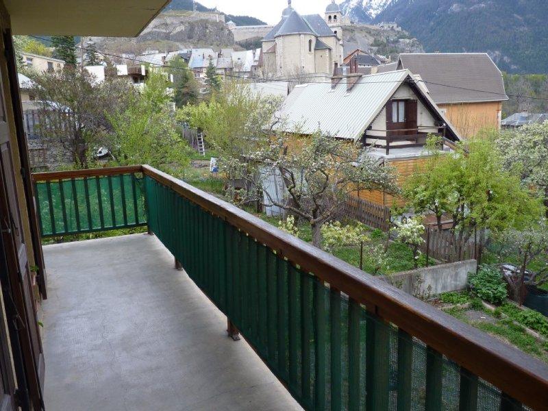 BEL APPARTEMENT T3 PLEIN SUD AVEC VUE SUR LES REMPARTS ET LA VIEILLE VILLE, holiday rental in Briançon