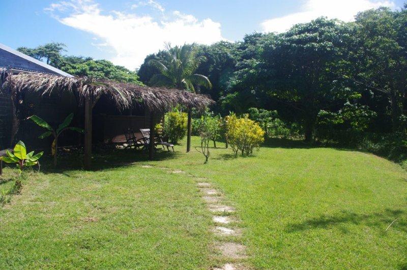 Bungalow confortable à 300 mètres de la plage en Guadeloupe (4 personnes), aluguéis de temporada em Basse-Terre Island