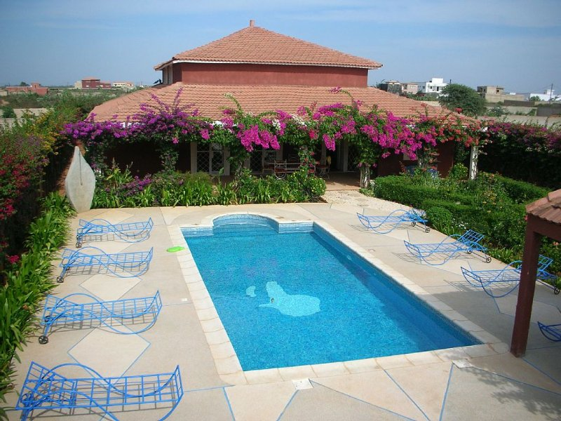 VILLA 4 CHAMBRES TOUT CONFORT PISCINE JARDIN PLAGE a partir de 300 €/s, vacation rental in Thies Region