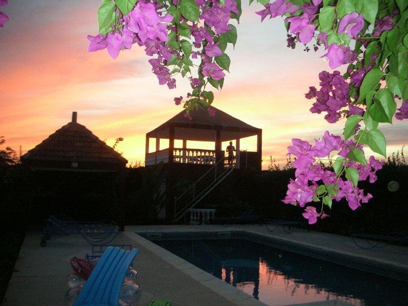 superbe coucher de soleil à 2 pas de la mer visible de la terrasse à l'étage