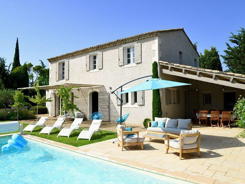 Saint-Rémy-de-Provence, à 4 kms, mas de charme au calme absolu, à pied du centre, holiday rental in Eyragues