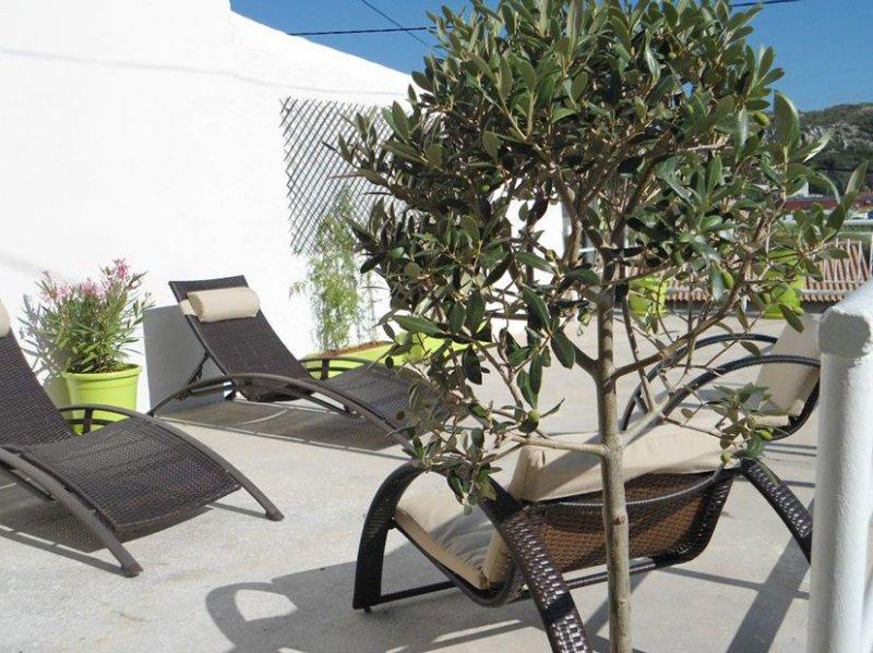 Jolie maison de ville plein SUD, Terrasse, Mer & Calanques, vacation rental in Marignane