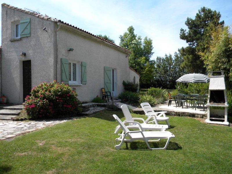 Calme et tranquilite à 10 minutes des plages,aux portes d'un village classé ., holiday rental in Chaillevette