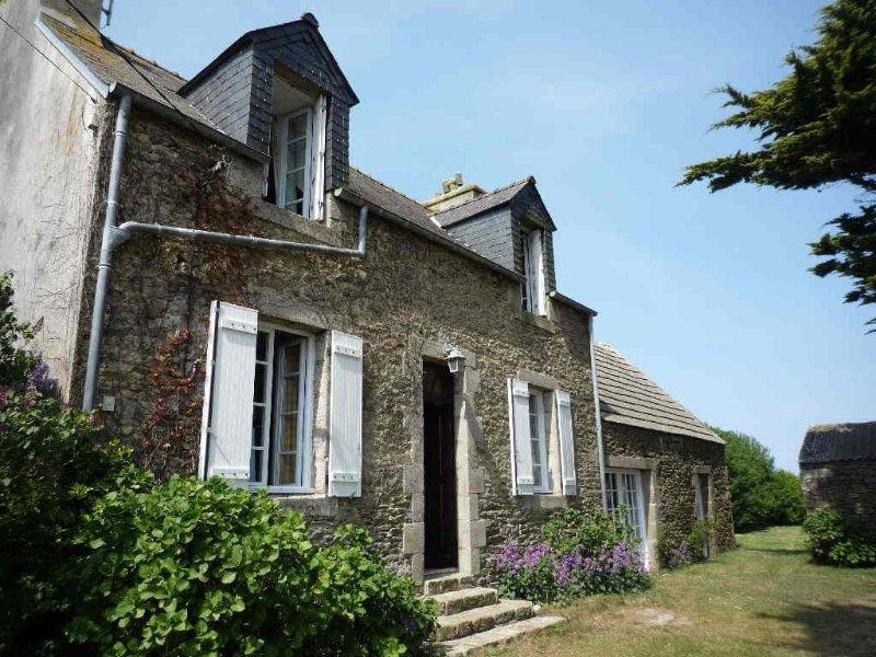 Maison de caractère indépendante avec jardin, très proche plage, Plouguerneau, holiday rental in Plouguerneau
