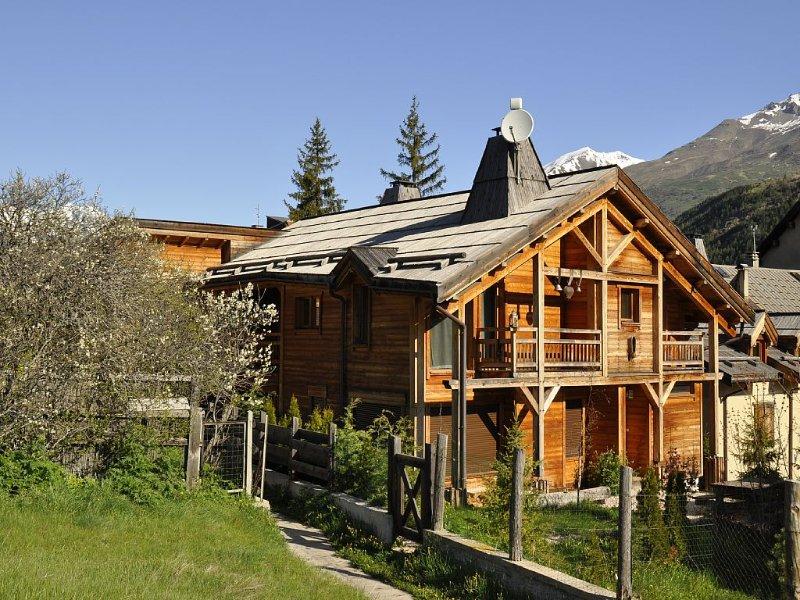 Appartement de caractère dans chalet au pied des pistes à Serre Chevalier 1400, holiday rental in La Salle les Alpes